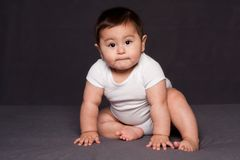Assento feliz bonito do bebê imagem de stock