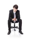 Assento frustrante e pensando do homem de negócio Imagens de Stock Royalty Free