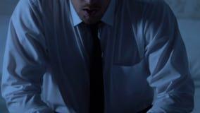 Assento masculino comprimido na cama, problemas de saúde dos homens, crise nos relacionamentos vídeos de arquivo