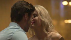 Assento masculino e fêmea novo na barra e nuzzling, data romântica, paixão filme