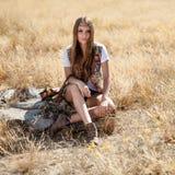 Assento modelo bonito em um coto em um campo no nascer do sol - disparou fora Fotografia de Stock Royalty Free