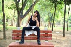 Assento modelo fêmea no banco fotografia de stock
