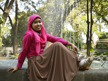 Assento muçulmano fêmea na fonte Fotografia de Stock