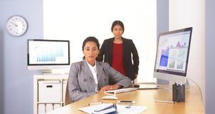 assento Multi-étnico das mulheres de negócios Foto de Stock