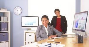 Assento multi-étnico feliz das mulheres de negócios Foto de Stock Royalty Free