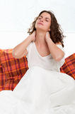 Assento na cama que acorda Imagens de Stock