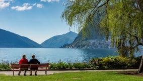 Assento na frente do lago fotografia de stock
