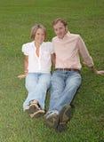 Assento na grama junto Fotografia de Stock Royalty Free