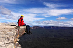 Assento no topo do mundo - o caminhante admira vistas de B fotografia de stock