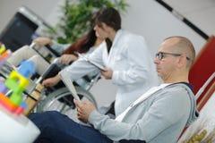 Assento paciente masculino na sala de espera dos doutores Fotos de Stock Royalty Free