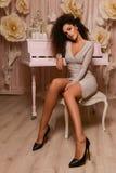 Assento sedutor da mulher fotografia de stock