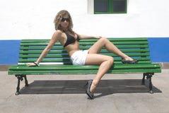 Assento 'sexy' da mulher e relaxamento Imagem de Stock Royalty Free