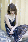 Assento triste da mulher nova Fotos de Stock Royalty Free