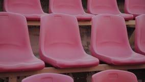 Assento vermelho vazio do est?dio dos esportes antes de um grande jogo video estoque