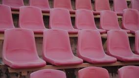 Assento vermelho vazio do est?dio dos esportes antes de um grande jogo vídeos de arquivo