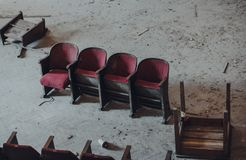 Assentos abandonados do cinema foto de stock royalty free