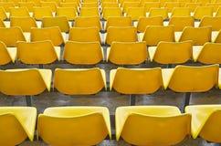 Assentos amarelos do Bleacher foto de stock royalty free