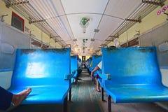 Assentos azuis básicos velhos em um trem da estrada de ferro circular de Yangon em Myanmar Fotos de Stock Royalty Free