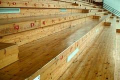 Assentos da madeira do salão de esportes Fotografia de Stock Royalty Free