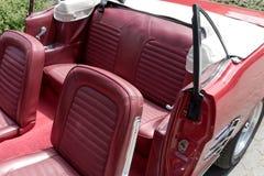 Assentos de couro no cabriolet nostálgico imagens de stock royalty free