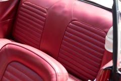 Assentos de couro no cabriolet nostálgico fotografia de stock