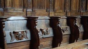 Assentos de dobradura na igreja medieval fotos de stock royalty free