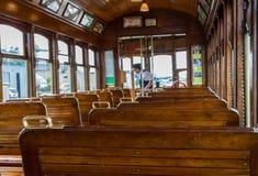 Assentos de madeira no carro de trem velho Fotos de Stock