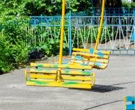 Assentos de madeira velhos de um fim do carrossel acima imagem de stock royalty free