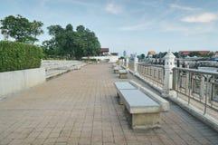 Assentos do beira-rio perto de Chao Phraya River Foto de Stock