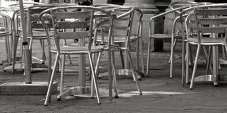 Assentos do café do metal no monochrome Fotografia de Stock