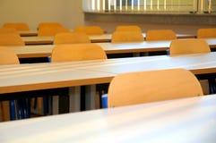 Assentos e tabelas da sala de aula Imagens de Stock