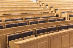 Assentos e tabelas na sala auditiva na universidade imagem de stock royalty free