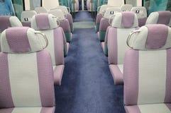 Assentos em um comboio de passageiros foto de stock