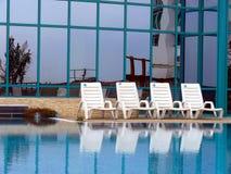 Assentos em uma piscina Fotos de Stock Royalty Free