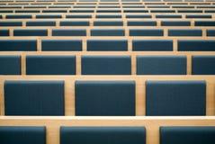 Assentos em uma sala de conferências Fotos de Stock Royalty Free