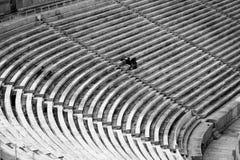 Assentos grandes de um estádio com poucas pessoas imagens de stock royalty free