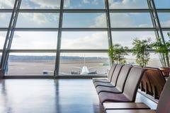 Assentos na área do ajuntamento no aeroporto Imagem de Stock Royalty Free
