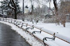 Assentos nevado em Rathausplatz Imagens de Stock Royalty Free