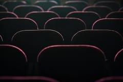Assentos no cinema iluminado pela luz da tela foto de stock