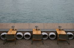 Assentos pelo mar Imagens de Stock Royalty Free