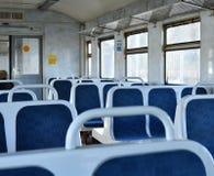 Assentos plásticos azuis velhos em um trem suburbano em Moscou, Rússia foto de stock royalty free