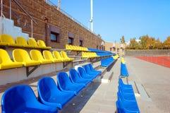 Assentos plásticos coloridos Fotografia de Stock