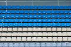 Assentos plásticos coloridos vazios na plataforma de vista foto de stock royalty free