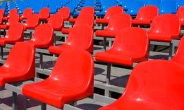 Assentos plásticos no estádio no verão Fotos de Stock Royalty Free