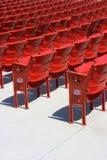 Assentos plásticos vermelhos, lado traseiro imagens de stock