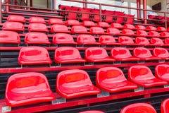 Assentos plásticos vermelhos no estádio Foto de Stock Royalty Free