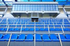 Assentos pl?sticos azuis Assento livre da arena O pl?stico vazio preside assentos para fan de futebol Alojamento do VIP no estádi foto de stock royalty free