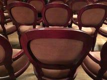 Assentos retros de madeira para espectadores no teatro ou no cinema foto de stock