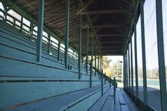 Assentos velhos do bleacher do estádio de basebol fotografia de stock royalty free
