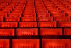 Assentos vermelhos da sala de concertos Imagens de Stock